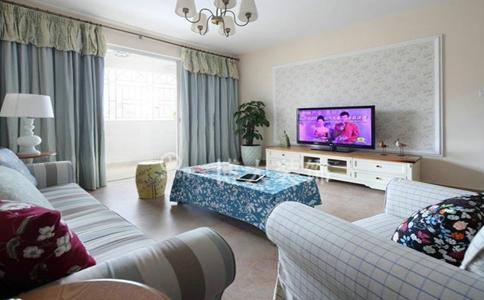 铺贴,实木的电视柜清洁质感,沙发后面墙体上的艺术画,格子状的沙发套图片
