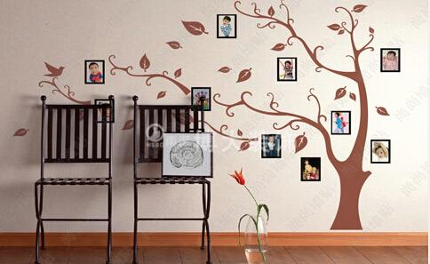 款照片墙设计,是非常具有梦幻的,淡黄色的墙面主人家贴了各种蝴蝶造型图片