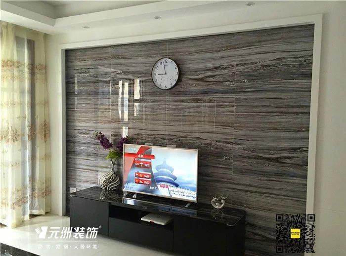 进门第一眼看到的就是灰色大理石制作的电视背景墙,配上白色的